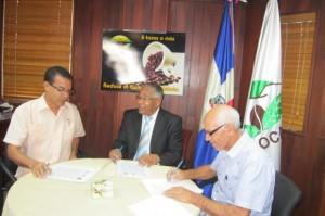 El director del Ideac, Nicolás Cruz Tineo, firma convenio con autoridades de Codocafé.
