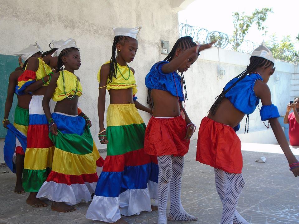 Grupo artístico con música del folclore de Anse-à-Pitres